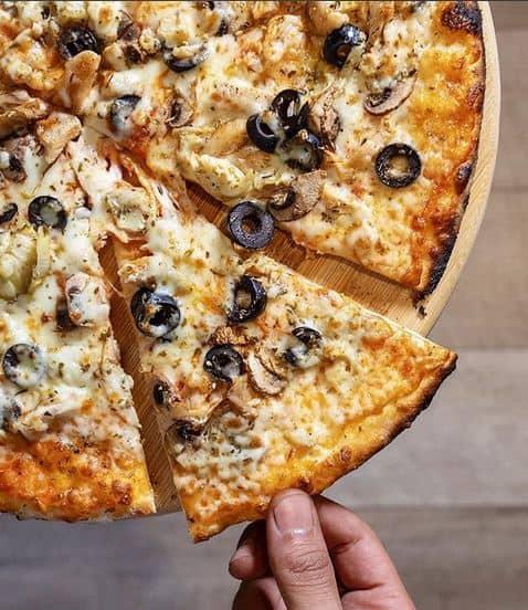 بيتزا مطعم أوليفيتو الإيطالي في الخبر