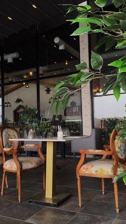 مطعم وكافي اروما فلور لاونج